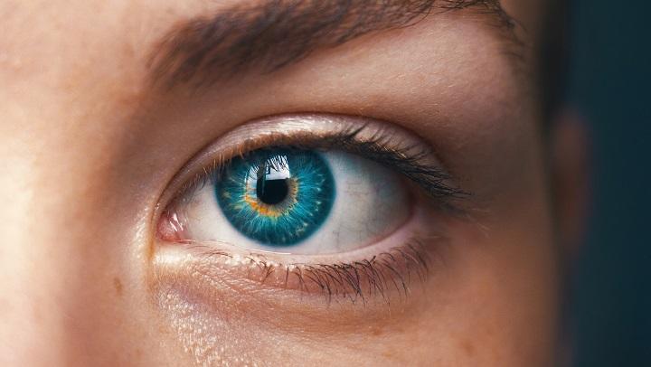 mujer-con-lentes-de-contacto